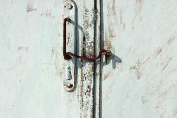 Старая металлическая ручка с накидным крючком на воротах. №757