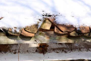 La distruzione del vecchio tetto tegole sotto la neve (frammento) №493