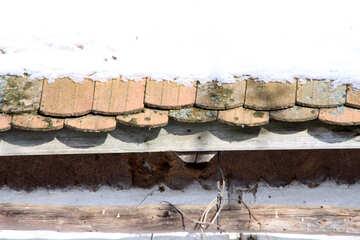 Vecchio tetto in tegole sotto la neve (frammento) №492