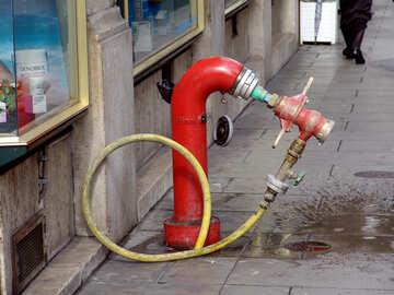La boca de agua de incendios en la calle con la manga. №401