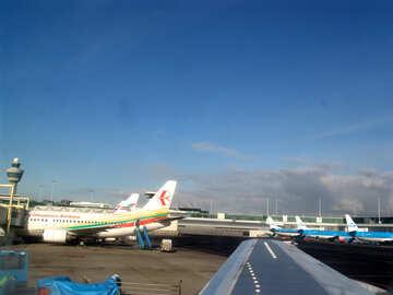 Вид из иллюминатора самолета на самолеты у терминалов в аэропорту  №362