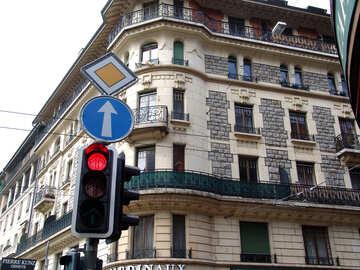 Roter Pfeil direkt an der Hauptstraße Ampel unter dem Zeichen der Hauptstraße №403