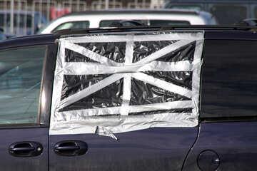 Ein Auto mit einem zerbrochenen Fenster Folie versiegelt №891