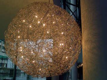 A calle lámpara en forma de bola de metal alambre con luces. №380