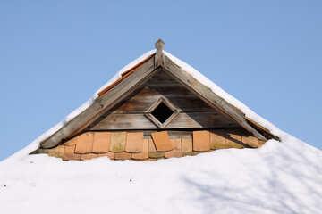 Antico borgo del tetto di tegole sotto la neve №491
