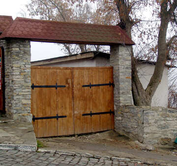 Wooden gate into the courtyard with tiled roof №346