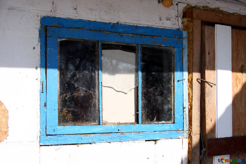 Ventana rota un pequeño cuadro azul con una ventana de vidrio roto ...