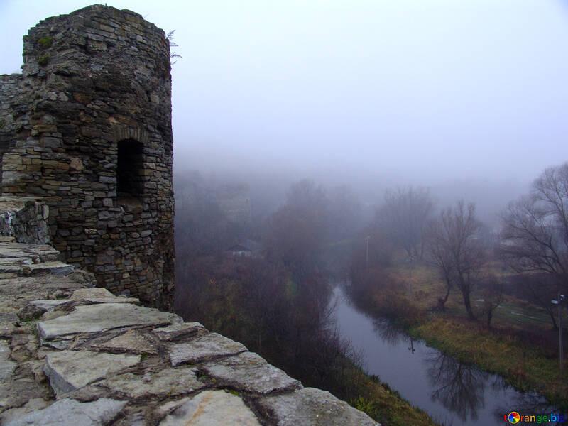 Semidistrutta torre della fortezza sopra il fiume. №349