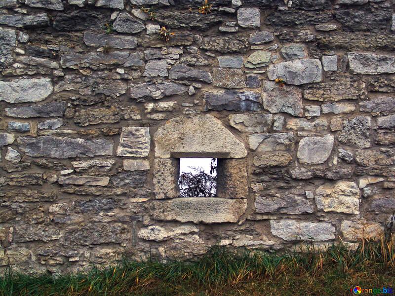 Una stretta feritoia nel muro di un`antica fortezza. №351