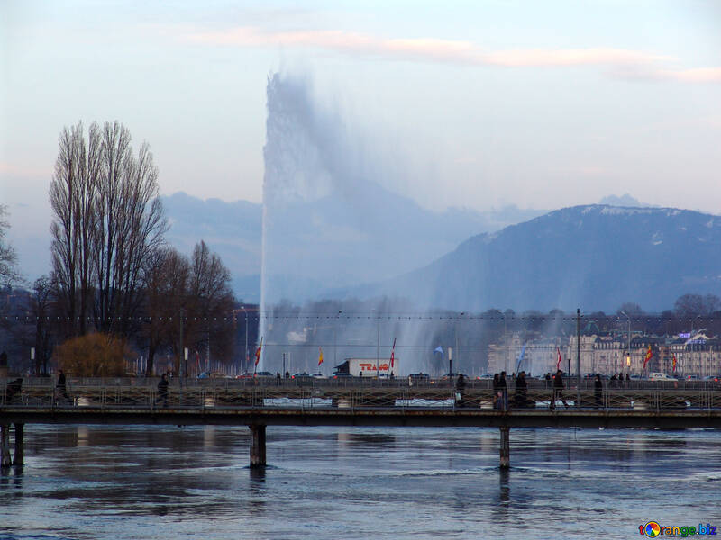 The fountain from the lake to the bridge against the backdrop of the mountains №375