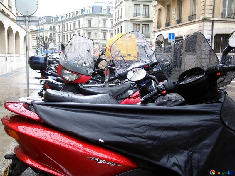 Motocicli ei ciclomotori sono parcheggiate sotto la pioggia. №382