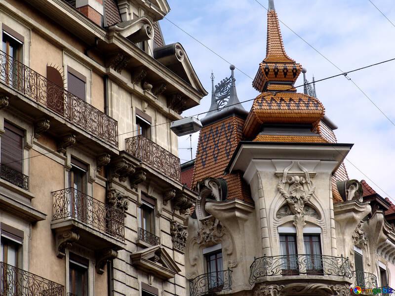 Sul tetto della casa di piastrelle decorate, le modanature, battuto balcone e campanile №405