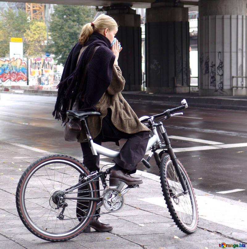 Ragazza in bicicletta in un giorno di pioggia №233