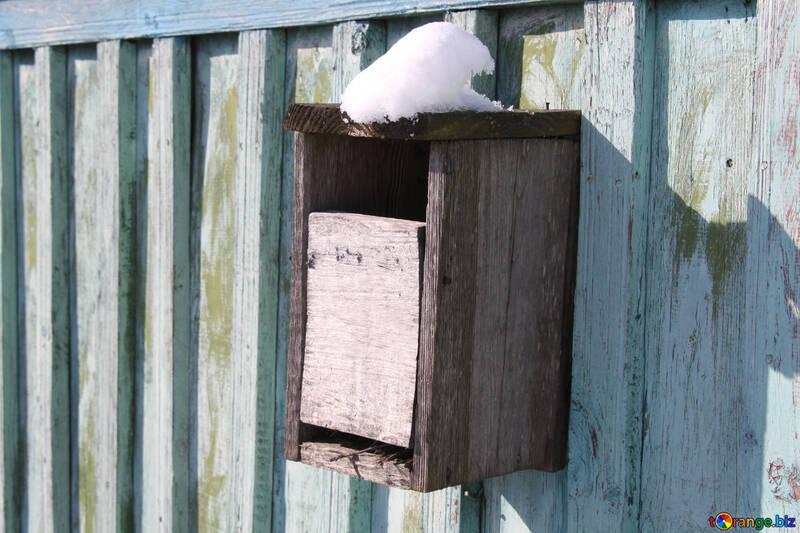 Casella e-mail rurale da un albero sul recinto. №694