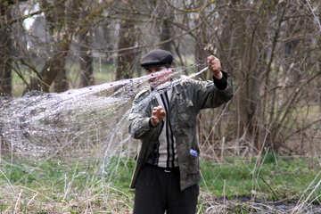 Мужчина закидывает рыболовную сеть №1746