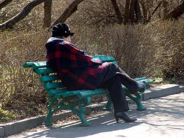 Una donna di relax nel parco su una panchina №1449