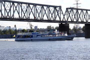 Walking the ship passes under the bridge №1900