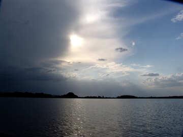 Il sole nella nube di tempesta sopra il lago №1992