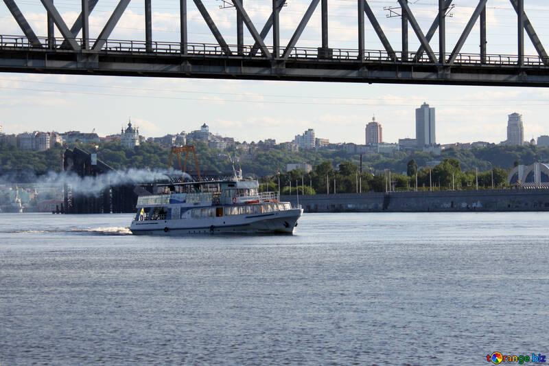 Ein Schiff unter der Brücke №1898