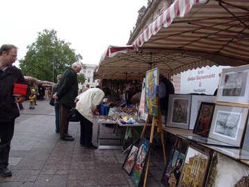 Туристы покупают картины и сувениры №11625