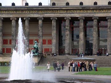 Un gruppo di turisti all`esterno del Museo №11670