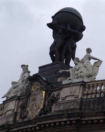 Antike Figuren auf dem Dach №11991