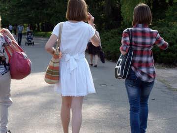 Muchachas en caminata №11021