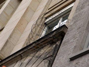 Alambre de púas, cerca de la ventana №11997