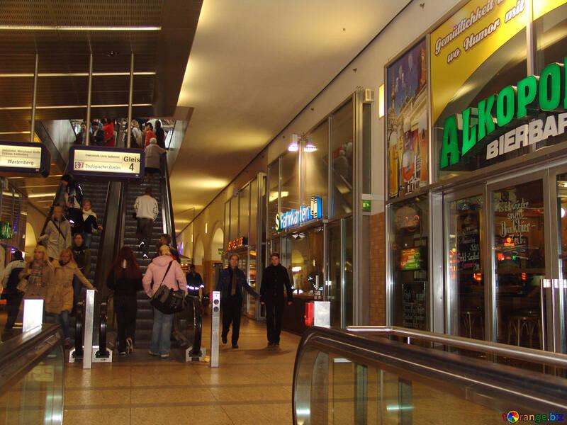 Menschen im Einkaufszentrum №11953