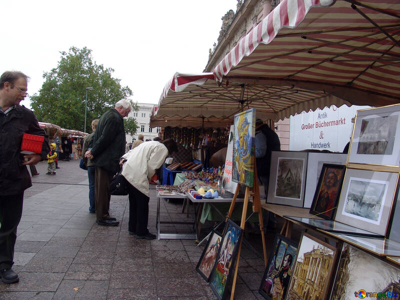 Tourists buy paintings and souvenirs №11625