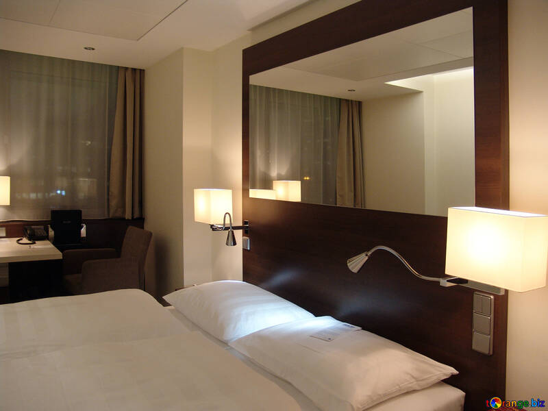 Der Spiegel über dem Bett №11628