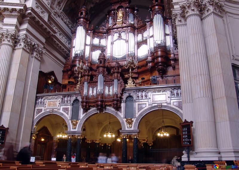Kirche mit einer Orgel №11597