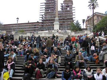 Los turistas descansar sentado en las escaleras №12467