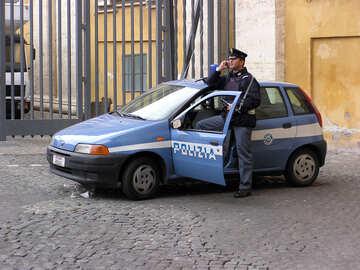 Ein Polizist und Polizeiauto №12348
