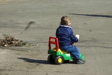 Un bambino in macchina bambino №12761
