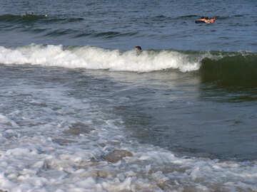 Nuotare tra le onde №13630