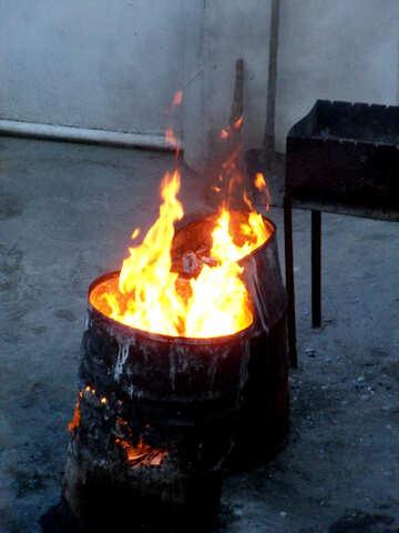 Feuer brennen in Fässern №13486