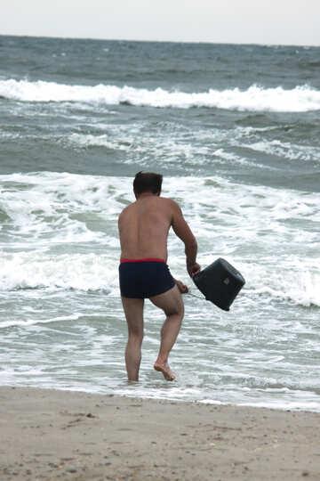 Un uomo raccoglie l`acqua nel secchio №13467