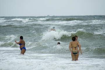 Sie schwimmen Menschen im Sturm №13440