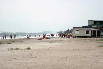 Menschen am Strand im Sturm №13445