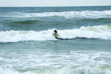 Mädchen taucht in der Welle №13428