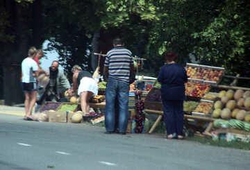 La vendita di frutta lungo la strada №13309