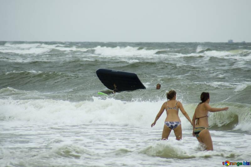 Die Menschen haben Angst der Wellen №13458