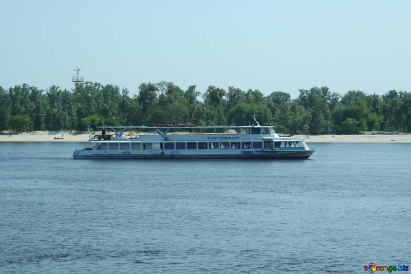 Das Schiff fährt auf dem Fluss №14518