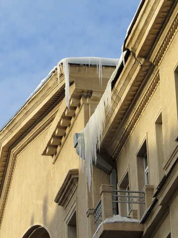 Icicles on the roof of the old №15697