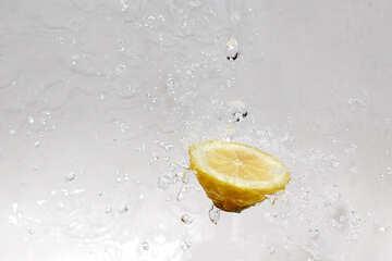 Lemon splashing water №16175