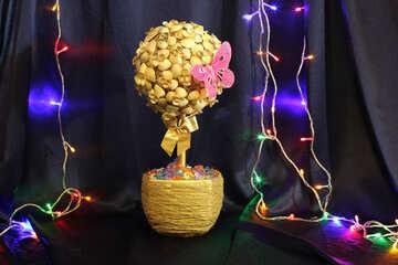 An ornamental tree with seashells №17845