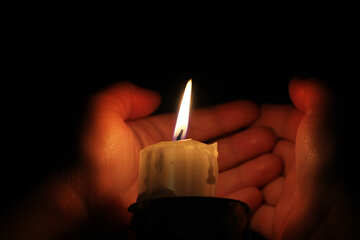 Close the candle with your hands №18088