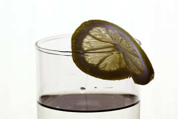 A slice of lemon on the glass №18315