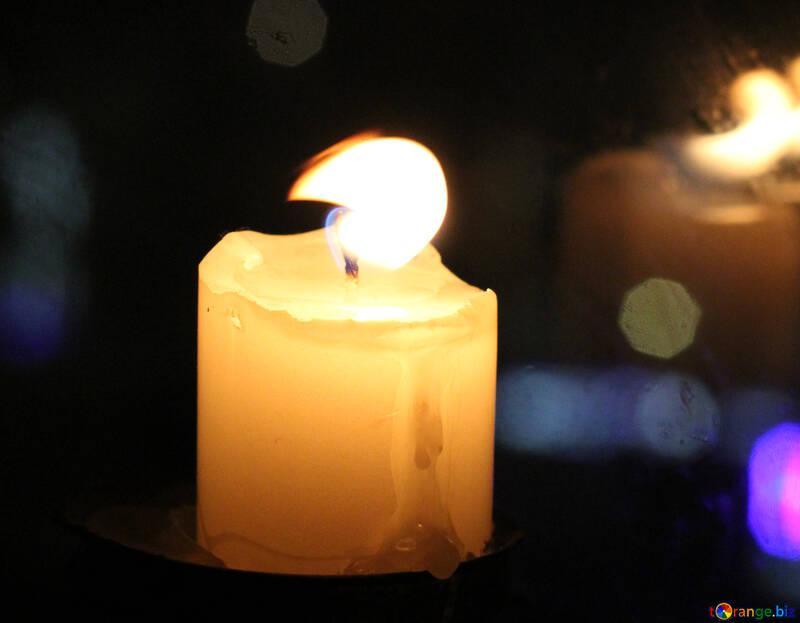 Die Kerze im Fenster einer städtischen Wohnung №18131